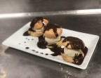 Photo Profiteroles maison, glace vanille-bourbon et sauce chocolat - La Salle à Manger